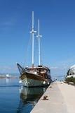 Uitstekende zeilboot die op lokale pijler wordt gedokt royalty-vrije stock foto