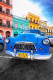 Uitstekende Zijsprong (oude auto) die in Oud Havana wordt geparkeerd Stock Afbeeldingen