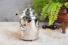 Uitstekende zilveren ketel met houten handvat royalty-vrije stock foto's