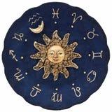 Uitstekende zodiacal astronomische die klok, op witte achtergrond wordt geïsoleerd stock afbeelding