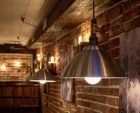 Uitvlucht in de zolderstijl binnen de bar stock foto's