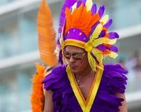 Uitvoerder in gekleurde veren bij Vrolijke trots Stock Afbeelding