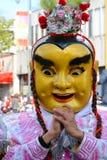Uitvoerder in Masker en Kostuum in Gouden Dragon Parade, die het Chinese Nieuwjaar vieren royalty-vrije stock afbeelding