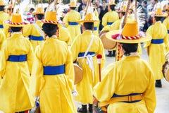 Uitvoerders in de Koreaanse traditionele trommels van de kledingsholding, Seoel royalty-vrije stock foto's