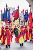 Uitvoerders die Koreaanse traditionele kleding dragen en vlaggen houden royalty-vrije stock afbeelding