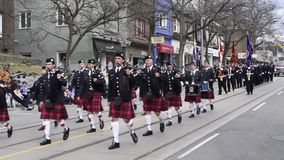Uitvoerders maart langs Koningin Street East in de Parade 2017 Toronto van Strandenpasen stock footage