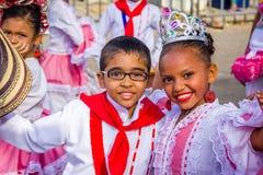 Uitvoerders met kleurrijke en gedetailleerde kostuums royalty-vrije stock afbeeldingen