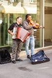 Uitvoerders in straten van Neuchâtel stock foto's