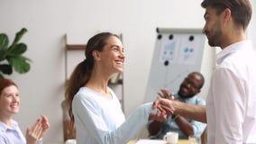 Uitvoerend chef- handenschudden die gelukwensend opgewekte gelukkige internwerknemer bevorderen stock footage