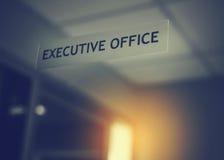 Uitvoerend die bureau op de spiegeldeur wordt ondertekend royalty-vrije stock foto