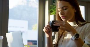 Uitvoerend hebbend koffie in koffie 4k stock video