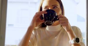 Uitvoerend hebbend koffie in koffie 4k stock videobeelden