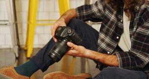 Uitvoerend het herzien beeld op digitale camera 4k stock footage