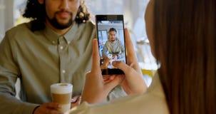 Uitvoerend nemend beeld op smartphone van collega 4k stock footage