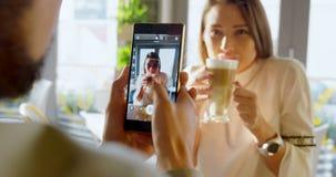 Uitvoerend nemend beeld op smartphone van collega 4k stock videobeelden