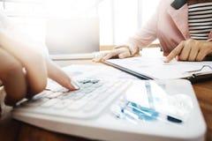 Uitvoerende analyse van gegevensdocument met accountant die calculator op het kantoor, bedrijfsconcept gebruiken royalty-vrije stock foto