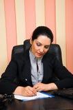 Uitvoerende formele vrouw die in bureau werkt Stock Foto's