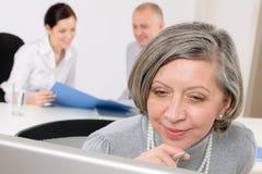 Uitvoerende hogere vrouwen commerciële teamvergadering stock afbeelding