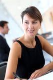 Uitvoerende vrouw in bureau Stock Afbeelding