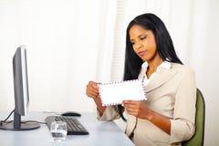 Uitvoerende vrouw die een brief opent royalty-vrije stock afbeeldingen