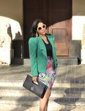 Uitvoerende vrouw die zich met kleren bevinden Stock Foto