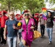 Uitvoerig geklede deelnemers tijdens vrolijke trotsparade Stock Afbeeldingen