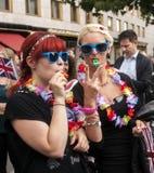 Uitvoerig geklede meisjes tijdens vrolijke trotsparade Stock Fotografie