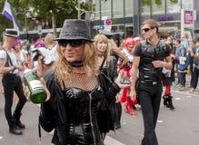 Uitvoerig geklede vrouw met fles champagne Stock Afbeelding