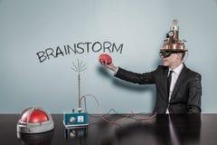 Uitwisselings van ideeënconcept met de hersenen van de zakenmanholding royalty-vrije stock foto