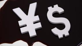 Uitwisselingsclassificatie Tekens van muntendollar en Yen in olie stock video
