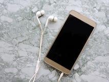 Uitzending die van microfoon de Audiopodcast en een podcastconcept registreren luisteren Het luisteren Muziekmedia concept stock foto