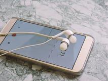Uitzending die van microfoon de Audiopodcast en een podcastconcept registreren luisteren Het luisteren Muziekmedia concept stock afbeelding