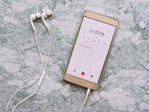 Uitzending die van microfoon de Audiopodcast en een podcastconcept registreren luisteren Het luisteren Muziekmedia concept royalty-vrije stock foto