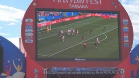 Uitzending van de gelijke op het scherm in de ventilatorstreek van de wereldbeker 2018 in Samara stock videobeelden