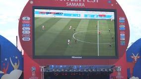 Uitzending van de gelijke op het scherm in de ventilatorstreek van de wereldbeker 2018 in Samara stock footage