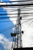 Uitzendingsantenne en de bedradingstribune lang aan de blauwe hemel E stock afbeeldingen