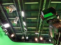 Uitzendingsvideocamera in studiotv stock afbeeldingen
