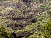Uitzonderlijke brug over een bergonderbreking royalty-vrije stock foto's