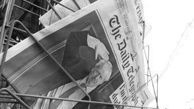 Uitzoomen van Boris Johnson op dekkingspagina van krant stock videobeelden