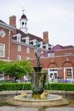 UIUC-Campusgebäude und -statue lizenzfreie stockfotografie
