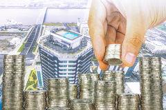 Ujawnienie finanse i oszczędzania pieniądze bankowości pojęcie, nadzieja inwestora pojęcie, Męska ręki kładzenia pieniądze moneta Fotografia Stock