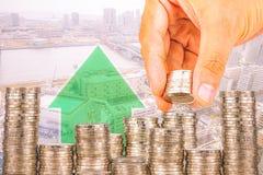Ujawnienie finanse i oszczędzania pieniądze bankowości pojęcie, nadzieja inwestora pojęcie, Męska ręki kładzenia pieniądze moneta Obraz Stock