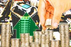 Ujawnienie finanse i oszczędzania pieniądze bankowości pojęcie, nadzieja inwestora pojęcie, Męska ręki kładzenia pieniądze moneta Zdjęcie Stock