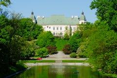 Ujazdow城堡,看见从皇家运河,华沙,波兰 免版税库存照片