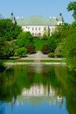 Ujazdow slott som ses från den kungliga kanalen, Warszawa, Polen Royaltyfria Foton