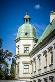 Ujazdow slott, torn med det gröna kupolformiga taket i Warszawa, Polen royaltyfri fotografi