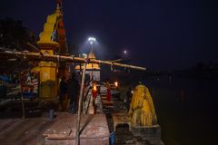 Ujjain,印度- 2017年12月7日:出席在圣洁河的人们宗教仪式在Ujjain,印度,印度relig的神圣的镇 免版税库存图片