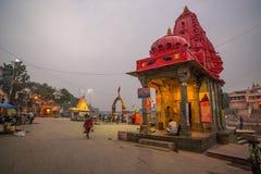 Ujjain,印度- 2017年12月7日:出席在圣洁河的人们宗教仪式在Ujjain,印度,印度relig的神圣的镇 免版税库存照片