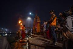 Ujjain, Индия - 7-ое декабря 2017: Люди присутствуя на религиозной церемонии на святом реке на Ujjain, Индии, священном городке д Стоковое фото RF