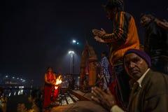 Ujjain, Inde - 7 décembre 2017 : Les gens assistant à la cérémonie religieuse sur la rivière sainte chez Ujjain, Inde, ville sacr images libres de droits